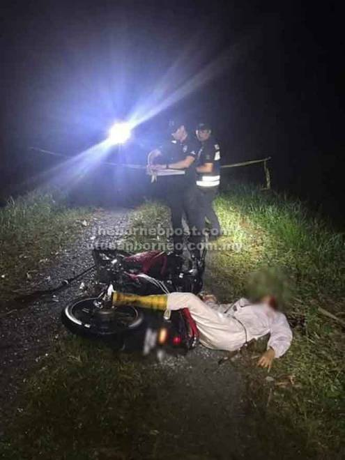Anggota polis menjalankan siasatan di tempat kejadian.