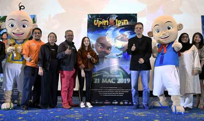 Keris Siamang Tunggal',  Burhanuddin Md Radzi (empat, kiri) ketika melancarkan poster dan trailer filem di Kuala Lumpur baru-baru ini. — Gambar Bernama