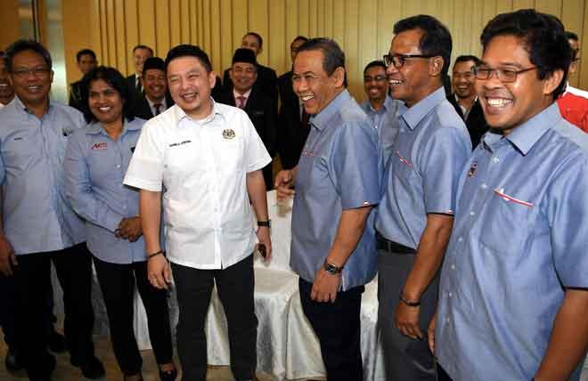 Darell (tiga kiri) bersama Aminuddin (tiga kanan) kelihatan ceria selepas Mesyuarat Jawatankuasa Bersama Penyelaras Industri antara MITI dan kerajaan negeri di Seremban, semalam. — Gambar Bernama