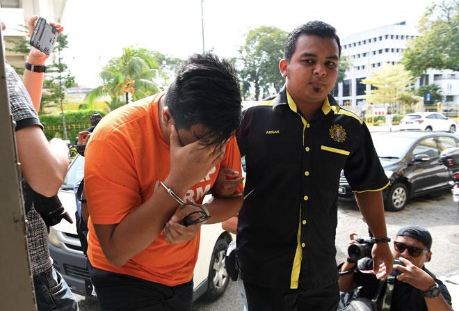 Anak pengarah di jabatan kerajaan Pulau Pinang dibawa ke Mahkamah Majistret oleh pegawai Suruhanjaya Pencegahan Rasuah Malaysia (SPRM) untuk mendapat perintah reman bagi membantu siasatan kerana disyaki bersubahat dengan bapanya untuk mendapatkan tender. — Gambar Bernama