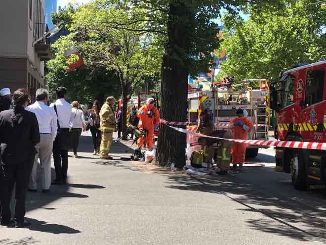 Hazmat dan lima kru kelihatan di luar konsulat Perancis dan konsulat India di Jalan St Kilda di Melbourne, Australia, pada Rabu. — Gambar Reuters