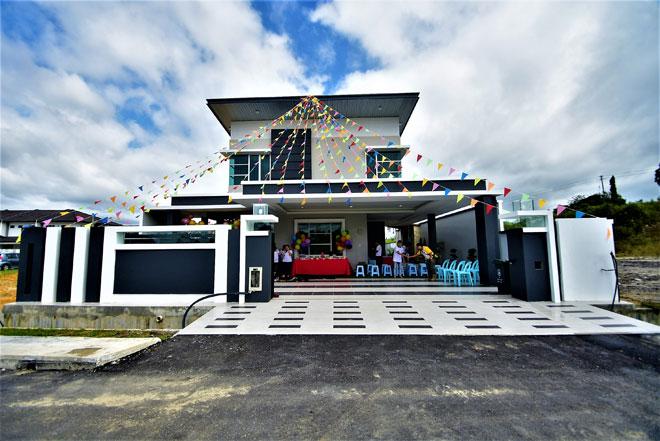 Inilah rumah berkembar mewah yang dilancarkan oleh Sendayan Group Of Companies di Bukit Penyau di Sibu, semalam.