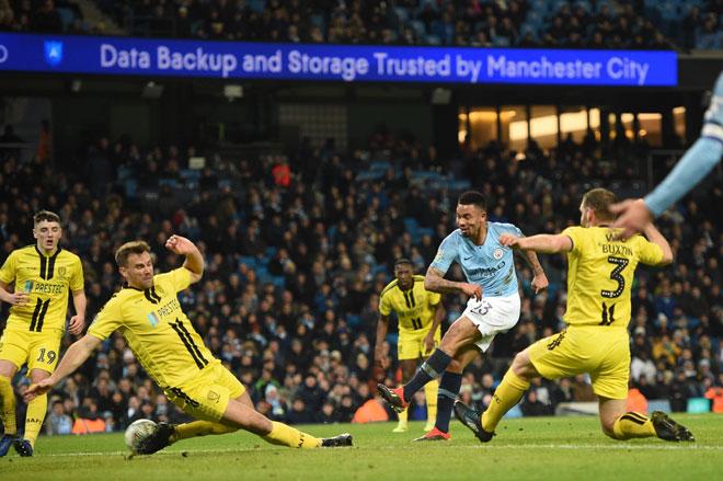 Jesusu (dua kanan) melepaskan rembatan melepasi pemain pertahanan Burton untuk menjaringkan gol ketig City  pada aksi separuh akhir pertama Piala Liga Inggeris di Stadium Etihad, Manchester Rabu lepas. — Gambar Reuters