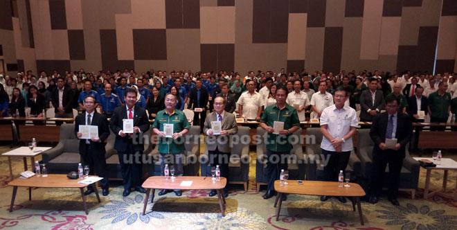 Uggah (tengah) merakam gambar bersama yang lain selepas menyampaikan amanat pertanian kepada semua agensi di bawah kementeriannya semalam.