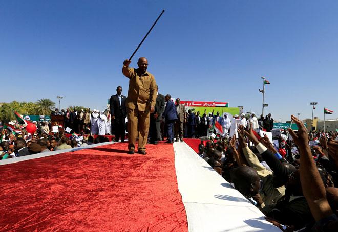 Bashir melambai kepada penyokongnya di satu perhimpunan di Dataran Hijau                 di Khartoum, Sudan pada Rabu. — Gambar Reuters
