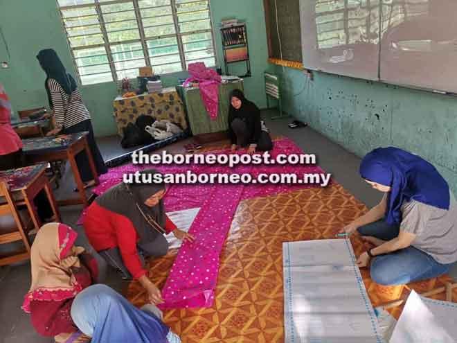 Para ibu turut serta menghias kelas di sekolah sempena gotong-royong perdana.