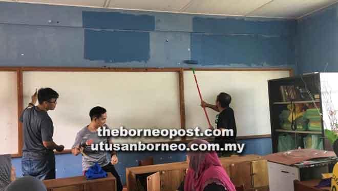 Sebahagian daripada ibu bapa yang turut membantu mengecat dinding kelas agar kelihatan baharu.