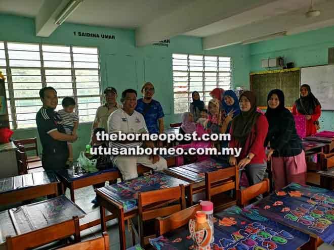 Ibu bapa yang hadir bersama merakam kenangan semasa Program Gotong-Royong Perdana SK Ibnu Khaldun.