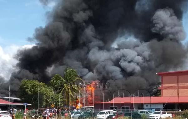 PEMANDANGAN dari jauh kejadian kebakaran yang meranapkan sebanyak 55 rumah di kawasan seluas empat hektar di Kampung Pasir Putih petang tadi.