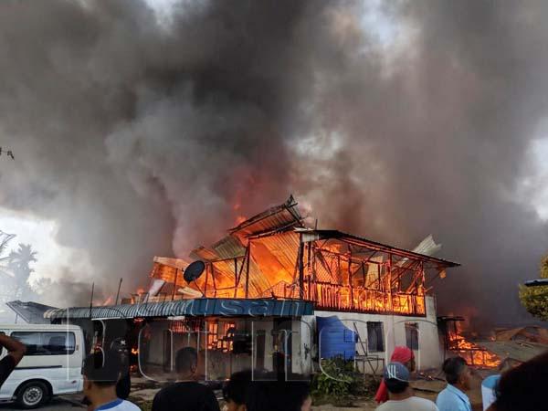 SALAH sebuah rumah yang terbakar dalam kejadian itu petang tadi.