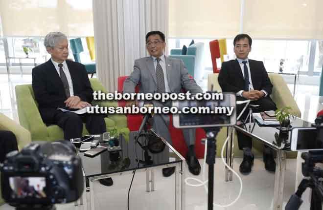 Karim (tengah) nerang ngagai pengarang berita sentang Anugerah Televisyen Asia Ke-23 ke deka diatur ba BCCK malam tu. Bela dipeda Lee (kiba) enggau Hii.