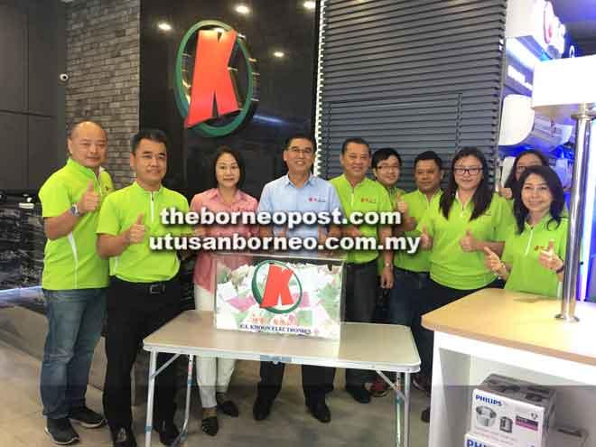 Lian Khoon dan Cybell Chin merakamkan gambar kenangan bersama kakitangannya semasa mengumumkan nama pemenang untuk Peraduan Cabutan Bertuah C L Khoon sempena ulang tahunnya yang ke-33 di cawangannya di Saradise Kuching, semalam.