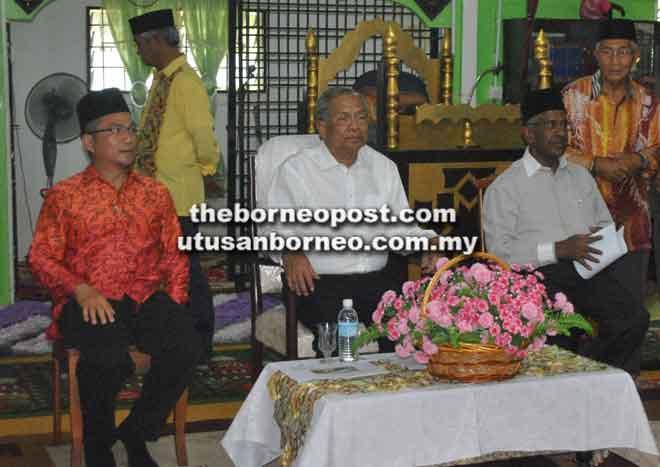 Dr Annuar (kiri) bersama Allahyarham Tok Nan dan bekas Menteri Muda di Pejabat Ketua Menteri (Hal Ehwal Islam) Allahyarham Datuk Daud Abdul Rahman pada lawatan ke Masjid Darul Halim, Kampung Bahagia Jaya Teku pada 7 Februari 2015.
