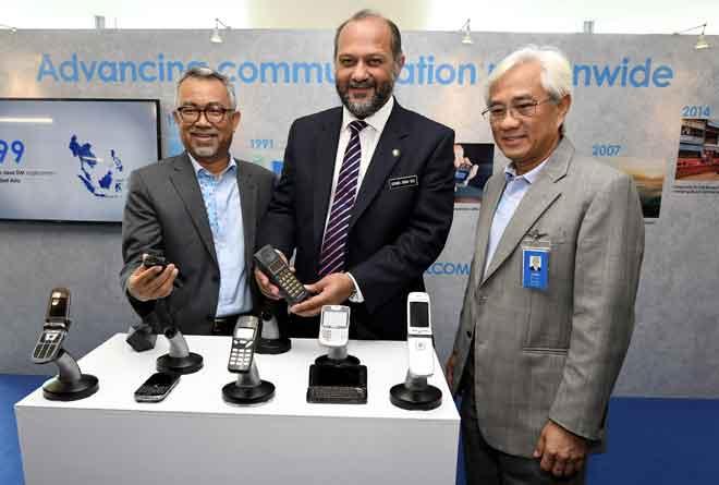 Gobind (tengah) diiringi Pengerusi Celcom Axiata Berhad Tan Sri Jamaludin Ibrahim (kanan) dan Ketua Pegawai Eksekutif Celcom Axiata Berhad Idham Nawawi (kiri) ketika beliau tiba di Pelancaran Ibu Pejabat Baharu Celcom di Seksyen 52, kelmarin. — Gambar Bernama