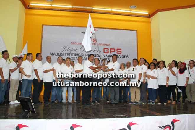 Dr Abdul Rahman (depan, kanan) menyerahkan bendera GPS kepada Sufian (depan, kiri) sambil disaksikan Rentap (tengah) bersama kenamaan lain di Limbang semalam.