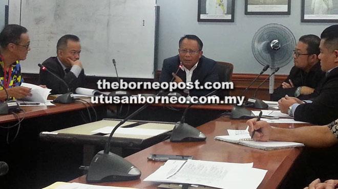 Mohamad Abu Bakar (tengah) mempergerusikan mesyuarat persediaan dan persiapan Kejohanan Tenpin Boling MAKSAK Malaysia 2019 Peringkat Kebangsaan di Kuching semalam.