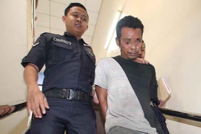Seorang lelaki berusia 38 tahun dihadapkan ke Mahkamah Sesyen semalam atas pertuduhan mencabul anak gadisnya berusia 14 tahun, pada tahun lepas di Ipoh. — Gambar Bernama