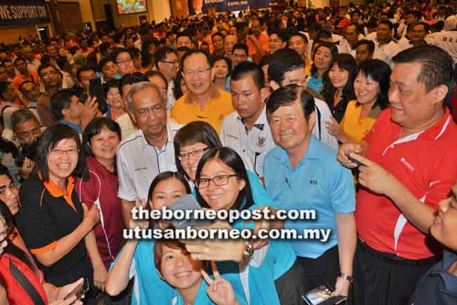 Bala staf KTS begambar enggau niang Tok Nan ba Pengawa Betemu Enggau Staf Kumpulan KTS Begulai Enggau Kepala Menteri Sarawak Kelima kena 8 April 2016 suba.