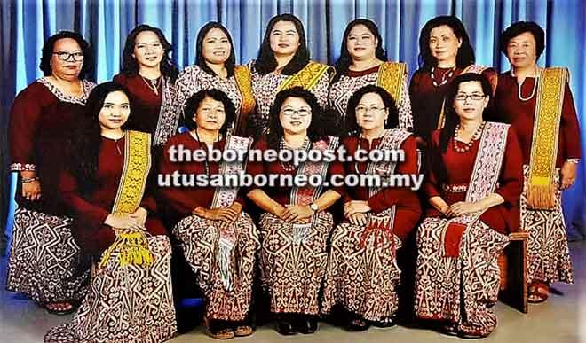 Uchi (duduk tengah) begambar ungkup kenangan begulai enggau kaban komiti sida ti ngatur Pekit Nenun Pua Kumbu Sarawak Renggat Ke- 7 taun tu.