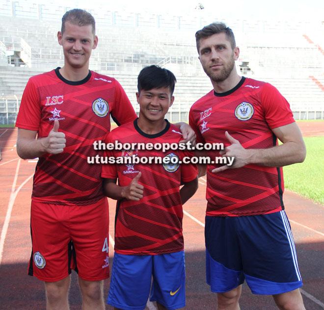 (Dari kiri) Ronald, Rian dan Muamer semasa diperkenalkan di Stadium Negeri semalam.