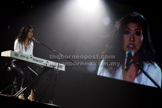 Penyanyi Qu Wan Ting menyampaikan beberapa buah lagunya sambil memainkan piano.