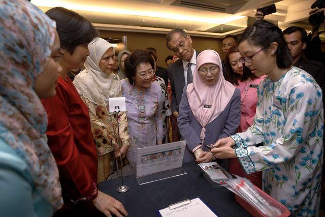 Dr Wan Azizah mendengar penerangan aplikasi pemeriksaan kanser servik sempena Program Pelancaran Revolusi ROSE Ke Arah Menuju Penghapusan Kanser Servik hari ini. - Gambar Bernama