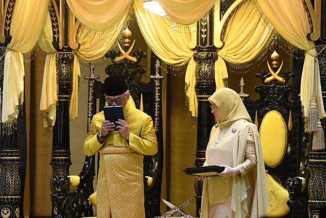 Sultan Pahang Sultan Abdullah Ahmad Shah berkenan mencium Al-Quran sempena Istiadat Pemasyhuran Sultan Pahang Keenam di Balairung Seri Istana Abu Bakar hari ini.Turut berangkat Tengku Puan Pahang Tunku Azizah Aminah Maimunah Iskandariah.