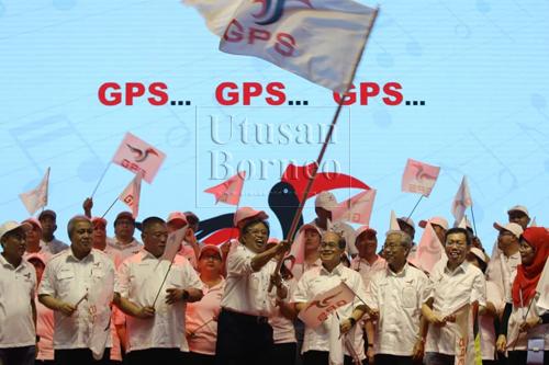 Abang Johari ditemani Tiong, Sim, Masing dan tetamu kehormat lain mengibarkan bendera GPS.