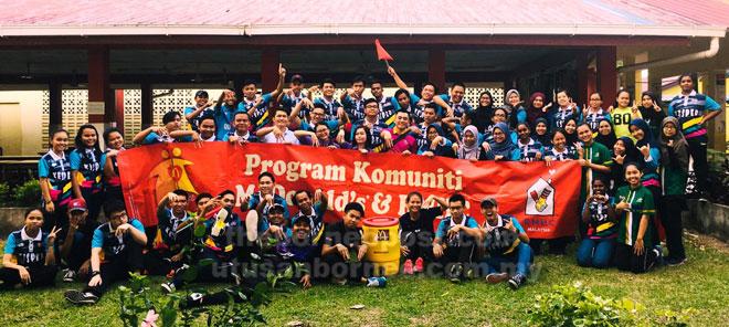 Para pelajar UPMKB yang terlibat dalam penganjuran Pertandingan Bola Tampar Amal Putra merakam gambar kenangan.