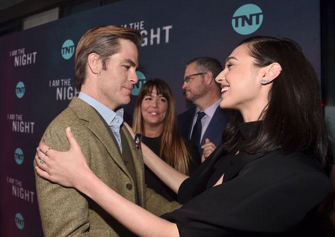 Chris Pine bersama Gal Gadot  semasa tayangan perdana 'I Am The Night' baru-baru ini.  — Gambar AFP