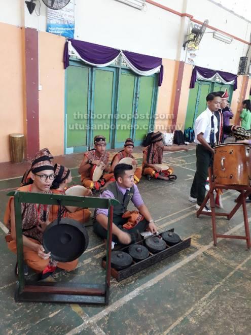 Sebahagian daripada pelajar pendidikan khas merupakan anak didik Zainoren yang membuat persembahan pada satu majlis berlangsung di Kuching, baru-baru ini.