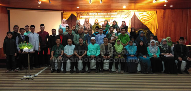Ahli-ahli Persatuan Alumni SMKAMi merakamkan kenangan bersama dengan tetamu jemputan.