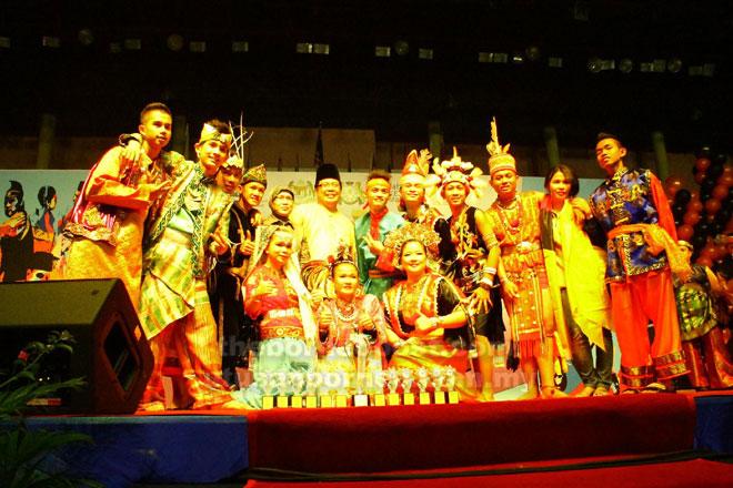Zainoreen bersama pelajar pendidikan khasnya (OKU) merakamkan gambar kenangan setelah berjaya dinobatkan sebagai juara dalam Pertandingan Tarian Kebudayaan Peringkat Kebangsaan di Johor Bahru pada 2013.