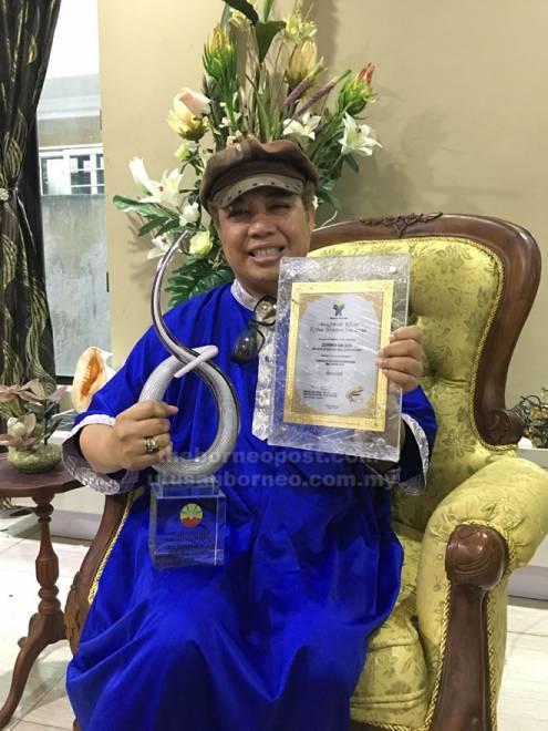 Zainoren menunjukkan Anugerah Ikon Guru Peringkat Negeri Sarawak 2018 dan Anugerah Khas Ketua Menteri Sarawak Tahun 2014 ketika ditemu bual Utusan Borneo di kediamannya di Taman Sri Wangi, baru-baru ini.