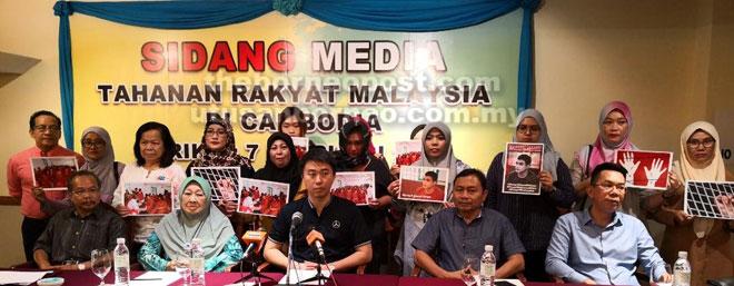 Larry (tengah) bersama beberapa wakil NGO serta ahli keluarga mangsa pada sidang media di Kuching, semalam.