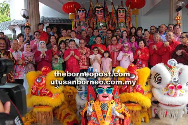 Abang Johari dan rombongan bergambar beramai-ramai di kediaman Lee sempena kunjungan Tahun Baharu Cina di Miri semalam.
