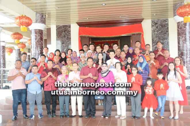 Sufian (depan, tiga kiri), Paulus, Dr Abdul Rahman (enam  kiri) dan Dayang Maimunah bergambar kenangan bersama keluarga besar Chwee Ching (lima kiri).