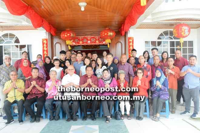 Leong (empat kiri) dan keluarga berkumpul bersama pada sambutan Tahun Baharu Cina ketika menerima kunjungan Dr Abdul Rahman (lima kiri) dan rombongan.