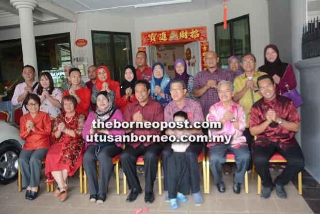 Chua (tiga kiri) bergambar bersama Dr Abdul Rahman (tengah) dan tetamu lain.