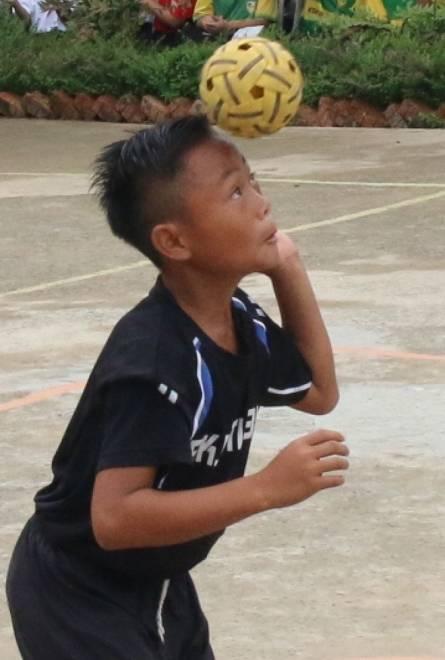 Para pemain menunjukkan kemahiran dan bakat mereka dalam pertandingan sengit memburu gelaran juara Kejohanan Sepak Takraw Peringkat Daerah Selangau 2019.