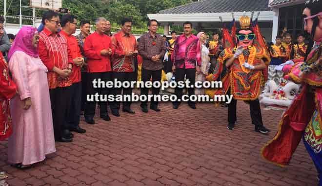 (Dari kiri) Juma'ani, Abang Johari, Lee, Sebastian Ting, Dr Abdul Rahman  'Three Prince' semasa kunjungan Tahun Baharu Cina di kediaman Lee kelmarin.