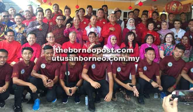 (Duduk dari kiri) Lee, Dr Sim, Uggah, Ting, Abang Johari, Juma'ani dan tetamu jemputan lain semasa berkunjung ke kediaman Datuk Sebastian Ting sempena sambutan Tahun Baharu Cina di Miri kelmarin.