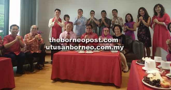 Abang Johari dan Juma'ani bergambar bersama keluarga Yaw Teck Seng (duduk, tiga kiri) dan isteri Su Khuan Ying (duduk kanan). Kelihatan sama (duduk kiri) Dr Sim dan Uggah.