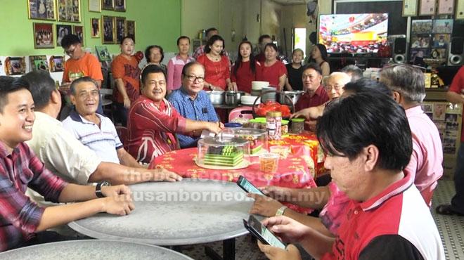 Rombongan pelbagai etnik Belaga semasa mengunjungi rumah salah seorang penduduk.