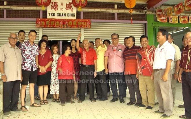 Wilson dan rombongan semasa mengunjungi rumah Kapitan Teo (tengah).
