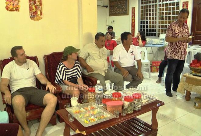Tetamu dari luar bersama Liwan (kanan) semasa mengunjungi rumah salah seorang penduduk.