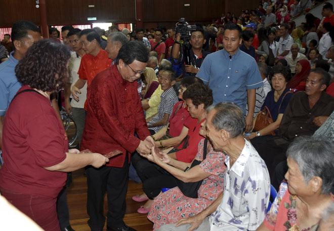 Mohd Shafie menghadiri Majlis Rumah Terbuka Tahun Baharu Cina di Dewan Sekolah Menengah Tinggi Cina anjuran DAP Sri Tanjung, kelmarin. — Gambar Bernama