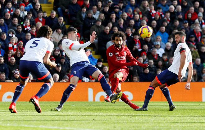Salah (dua kanan) melepaskan rembatan melepasi pemain Bournemouth ketika beraksi pada perlawanan Liga Perdana Inggeris di Anfield, Liverpool pada Sabtu lepas. — Gambar AFP