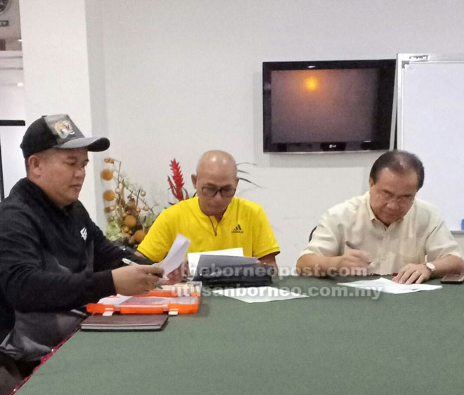 Nelson (kanan) bersama exco lain membincangkan program bakal dilaksanakan untuk kemajuan bola sepak di Betong turut kelihatan Abang Soehardi dan Saiful.