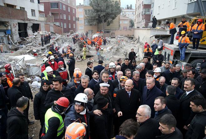 Erdogan dan para pegawainya melawat tempat kejadian runtuhan bangunan pangsapuri di Istanbul, kelmarin. — Gambar Reuters